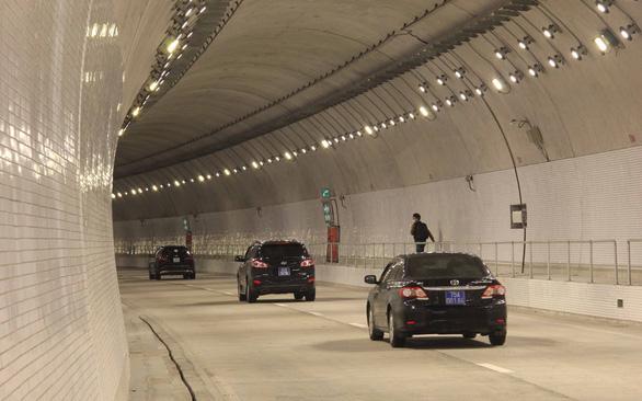 Từ ngày 1-5 tăng phí kịch khung với xe qua hầm Hải Vân - Ảnh 1.