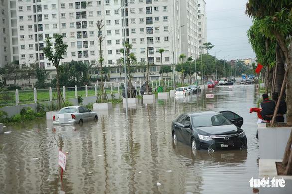 Hà Nội: Mưa lớn, nhiều ôtô dầm trong nước ngập - Ảnh 2.
