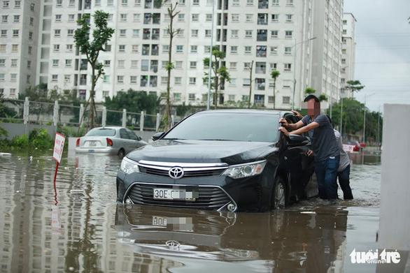Hà Nội: Mưa lớn, nhiều ôtô dầm trong nước ngập - Ảnh 1.
