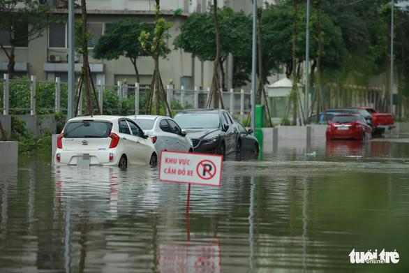 Hà Nội: Mưa lớn, nhiều ôtô dầm trong nước ngập - Ảnh 3.