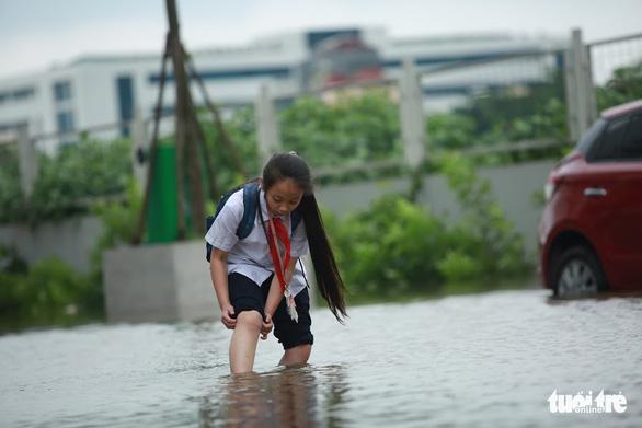 Hà Nội: Mưa lớn, nhiều ôtô dầm trong nước ngập - Ảnh 4.