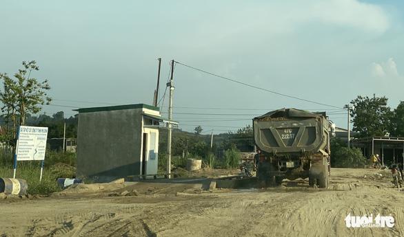 Xe chở cát đại náo đường làng - Ảnh 2.