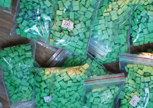 Khởi tố nhóm đưa 'nước vui' cực độc từ Campuchia về TP.HCM tiêu thụ - Ảnh 2.