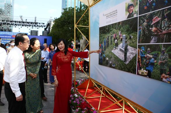 Triển lãm ảnh về lực lượng biên phòng tại phố đi bộ Nguyễn Huệ - Ảnh 1.