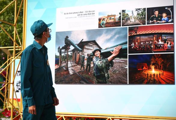 Triển lãm ảnh về lực lượng biên phòng tại phố đi bộ Nguyễn Huệ - Ảnh 2.