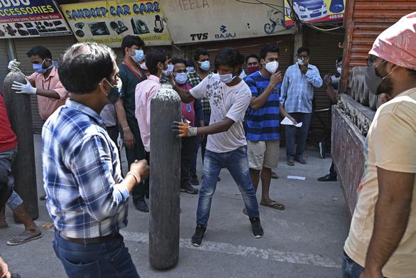 Ấn Độ rút ống thở người già, nhường oxy cứu người trẻ - Ảnh 2.