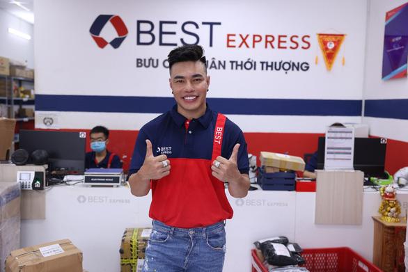 Lê Dương Bảo Lâm chia sẻ trải nghiệm tự tay giao hàng cho fan như 1 shipper thực thụ - Ảnh 1.