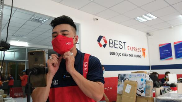 Lê Dương Bảo Lâm chia sẻ trải nghiệm tự tay giao hàng cho fan như 1 shipper thực thụ - Ảnh 2.