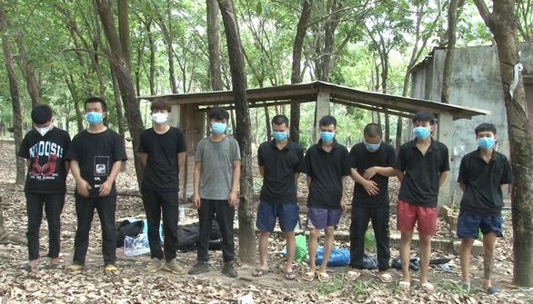 Bị phát hiện nhập cảnh trái phép, 9 người Trung Quốc trốn vào vườn điều - Ảnh 1.