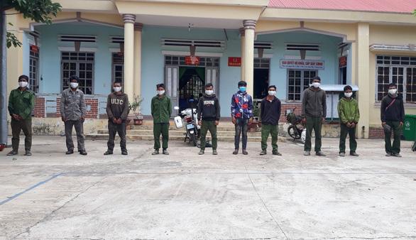 10 người nhập cảnh trái phép từ Campuchia còn mang theo... gỗ lậu - Ảnh 1.