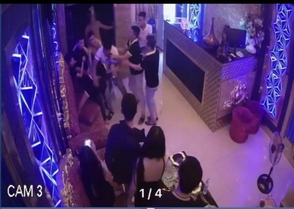 Rủ nữ nhân viên karaoke đi chơi không thành, nhóm thanh niên đánh người, phá quán - Ảnh 1.