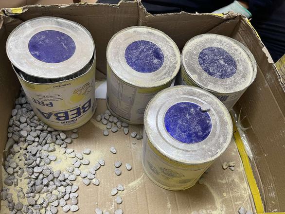 Hàng chục ký ma túy giấu trong các lô quà biếu nhập khẩu - Ảnh 1.