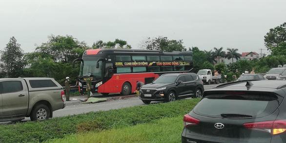 Phụ xe khách bị xe container cán chết khi xuống kiểm tra cốp - Ảnh 1.