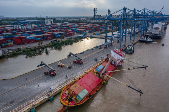 Cấm tàu thuyền đi trên tuyến rạch Dơi - sông Kinh để tìm vớt container - Ảnh 1.