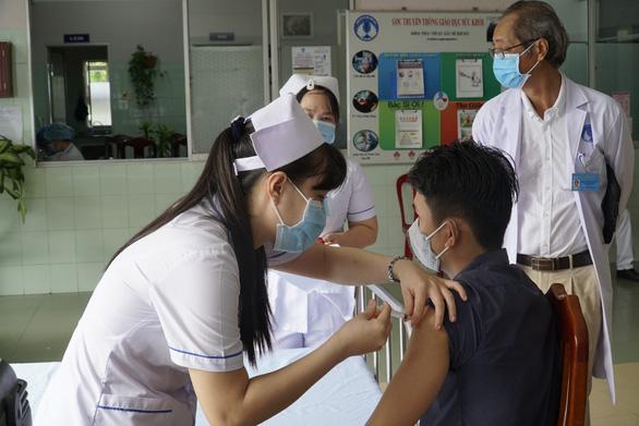 Đồng Tháp tiêm vắc xin cho giáo viên biên giới - Ảnh 1.
