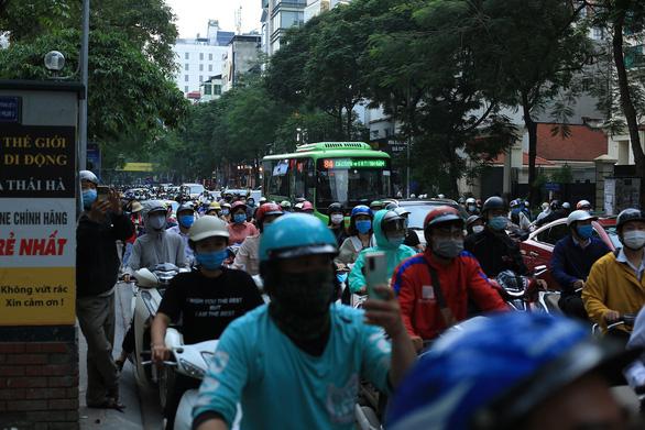 Cháy nhà hàng giờ tan tầm, đường Hà Nội ùn tắc kéo dài - Ảnh 3.