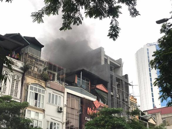 Cháy nhà hàng giờ tan tầm, đường Hà Nội ùn tắc kéo dài - Ảnh 1.