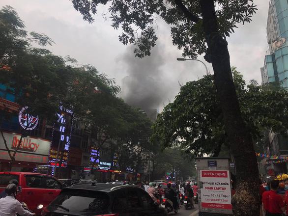 Cháy nhà hàng giờ tan tầm, đường Hà Nội ùn tắc kéo dài - Ảnh 2.
