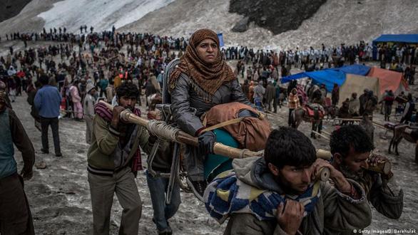 Ấn Độ cho 600.000 người hành hương, bất chấp COVID-19 đang làm hàng trăm ngàn người chết - Ảnh 1.