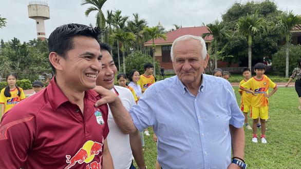 Trước giờ bóng lăn, hai đội cùng bắt tay nhau bán đấu giá áo cầu thủ làm từ thiện - Ảnh 2.