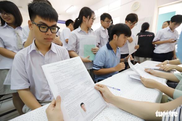 Ngày đầu đăng ký thi tốt nghiệp THPT: Ưu tiên trực tiếp hơn trực tuyến - Ảnh 1.