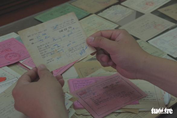 Người sưu tầm hơn 500 thẻ cử tri, có tấm thẻ từ 1946 - Ảnh 2.