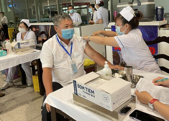 Tiêm vắc xin ngừa COVID-19 cho hơn 2.000 người làm việc tại sân bay Tân Sơn Nhất - Ảnh 1.