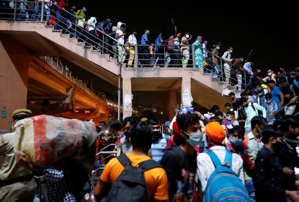 Người lao động di cư tháo chạy khỏi các thành phố Ấn Độ - Ảnh 1.