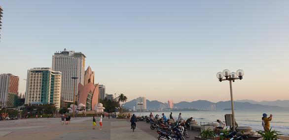 Khánh Hòa dừng bắn pháo hoa, vẫn tổ chức các hoạt động du lịch - Ảnh 1.