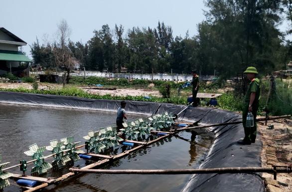 Hơn nửa triệu con tôm giống chết sạch, trên hồ còn bao nilông chứa thuốc sâu - Ảnh 2.