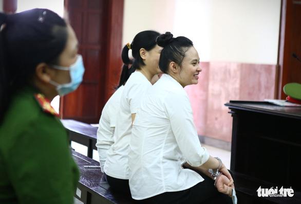 Hot girl Ngọc Miu cười tươi khi ra tòa phúc thẩm - Ảnh 3.