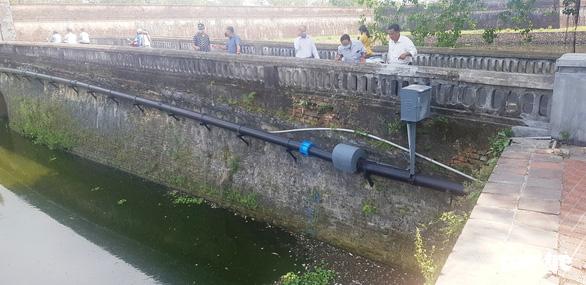 Cá bỗng chết nổi lềnh bềnh trên sông hộ thành trước Đại nội Huế - Ảnh 3.