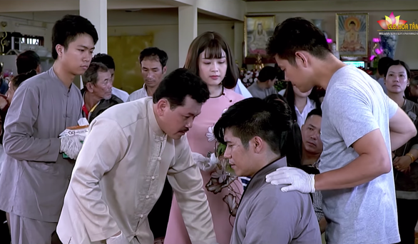 Diễn viên đóng vai người mù để ông Võ Hoàng Yên chữa bệnh cầu cứu - Ảnh 1.