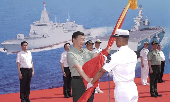 Đưa 3 tàu chiến hiện đại nhất vào biên chế, Trung Quốc lập tức giương oai trên Biển Đông - Ảnh 1.