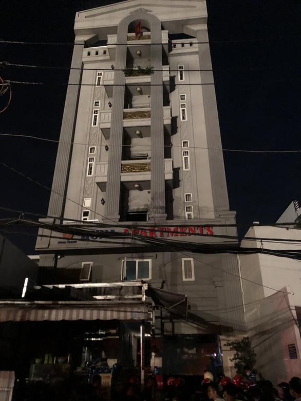 Cháy chung cư mini, PCCC TP.HCM điều xe thang cứu 24 người - Ảnh 1.