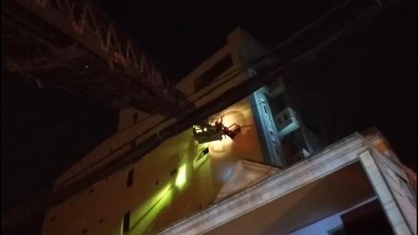 Cháy chung cư mini, PCCC TP.HCM điều xe thang cứu 24 người - Ảnh 3.