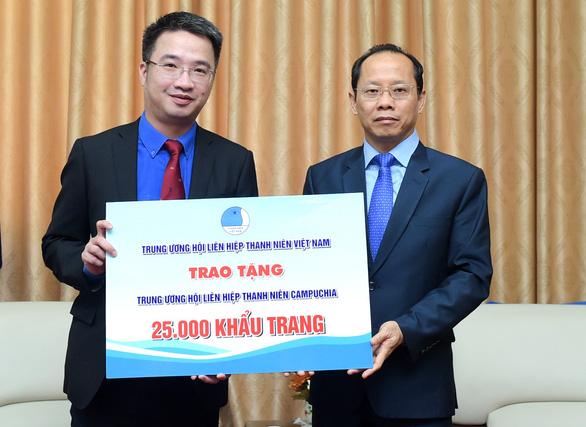 Trung ương Đoàn tặng 50.000 khẩu trang hỗ trợ thanh niên Campuchia, Lào - Ảnh 1.