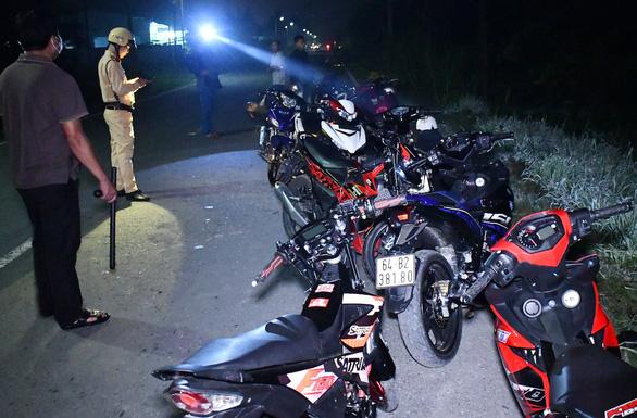 Bắt 14 thanh thiếu niên chạy xe máy tốc độ cao trên quốc lộ 53 - Ảnh 1.