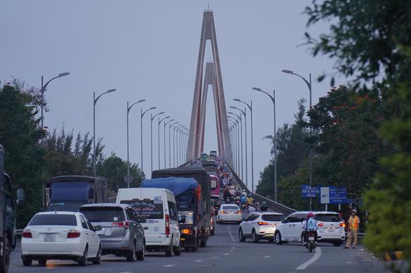 Kẹt xe tại cầu Rạch Miễu, CSGT phải chặn xe, biến cầu thành đường một chiều - Ảnh 3.