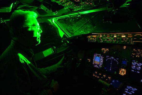 Máy bay lại bị chiếu đèn lazer vào buồng lái khi hạ cánh tại Nội Bài, Tân Sơn Nhất - Ảnh 1.