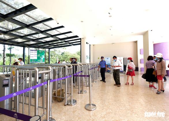 Lo khách nghỉ lễ dồn đến Đà Lạt giữa cao điểm dịch COVID-19 - Ảnh 1.