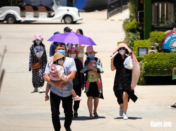 Lo khách nghỉ lễ dồn đến Đà Lạt giữa cao điểm dịch COVID-19 - Ảnh 2.