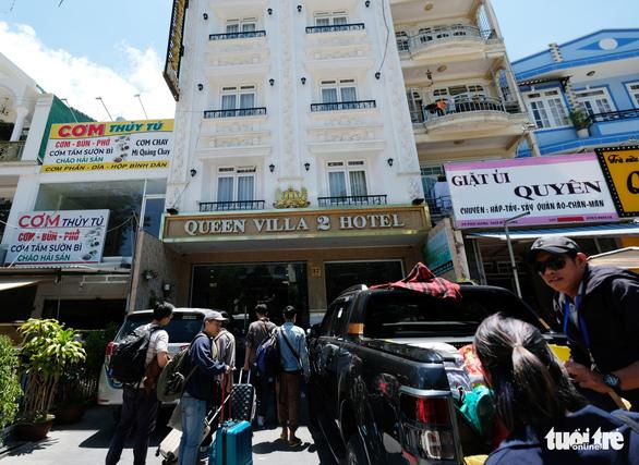 Lo khách nghỉ lễ dồn đến Đà Lạt giữa cao điểm dịch COVID-19 - Ảnh 4.