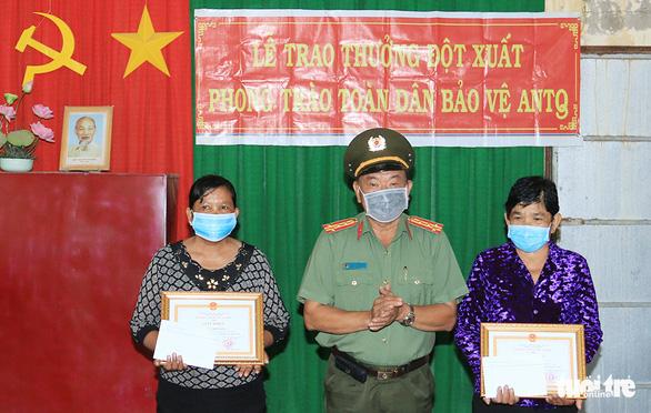 Công an khen thưởng 2 phụ nữ dùng tay không bắt cướp có dao - Ảnh 1.