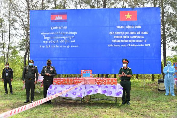 Kiên Giang trao quà cho lực lượng vũ trang Campuchia phòng chống dịch COVID-19 - Ảnh 1.