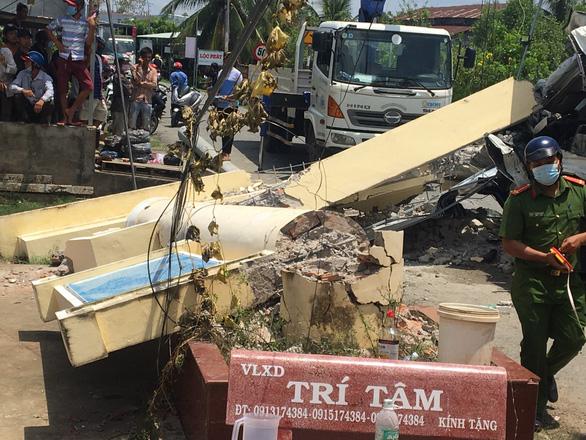 Xe tải chở cột điện va chạm cổng chào, tài xế bị đè tử vong - Ảnh 1.