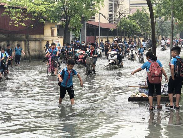 Trường ngập lênh láng vì nước thải từ làng giấy, 1.400 học sinh phải nghỉ học - Ảnh 1.