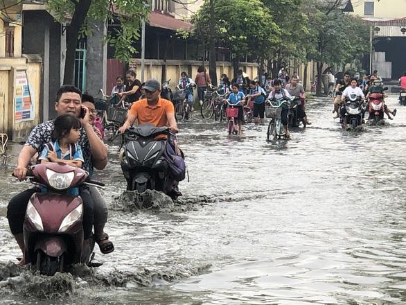 Trường ngập lênh láng vì nước thải từ làng giấy, 1.400 học sinh phải nghỉ học - Ảnh 2.