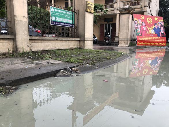 Trường ngập lênh láng vì nước thải từ làng giấy, 1.400 học sinh phải nghỉ học - Ảnh 3.