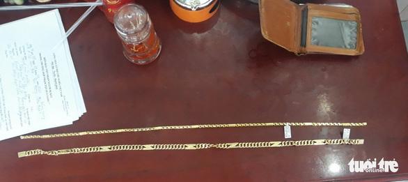 Vào tiệm vàng giả vờ hỏi mua rồi cướp 2 sợi dây chuyền giữa ban ngày - Ảnh 2.